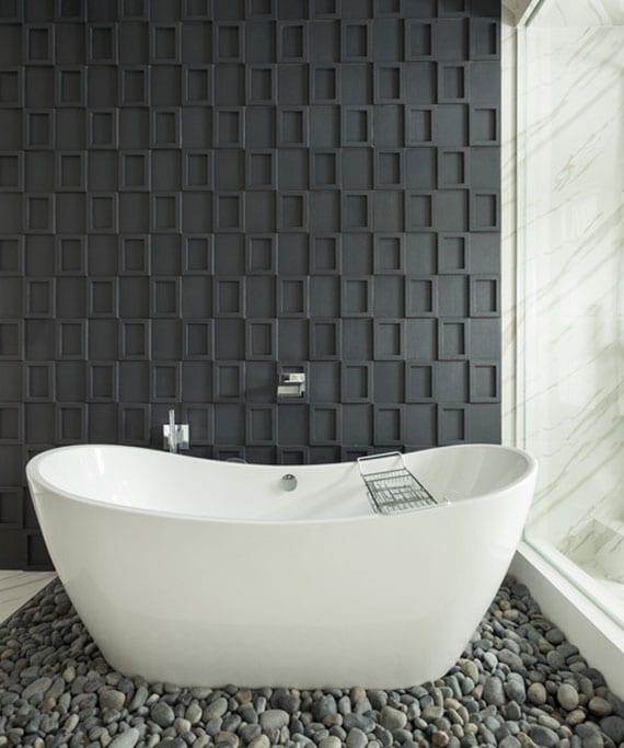 moderne bad idee mit steinbodenbelag, schwarzer wandgestaltung mit bilderrahmen und panoramafenster