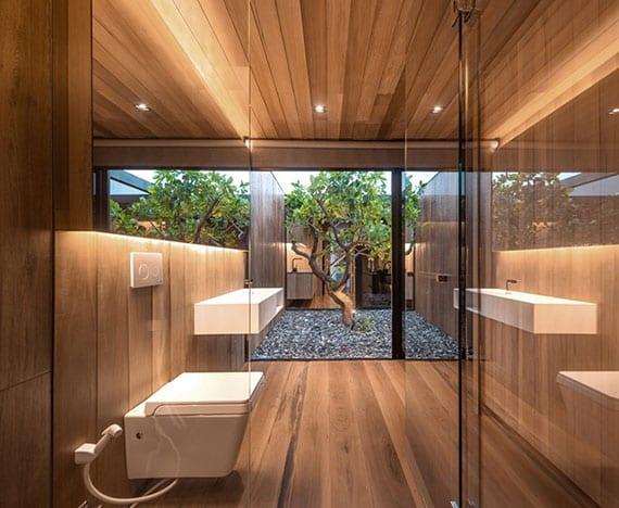 kleines bad mit panoramablick zum hofgarten gemütlich gestalten mit holz, glas und warmer led-beleuchtung