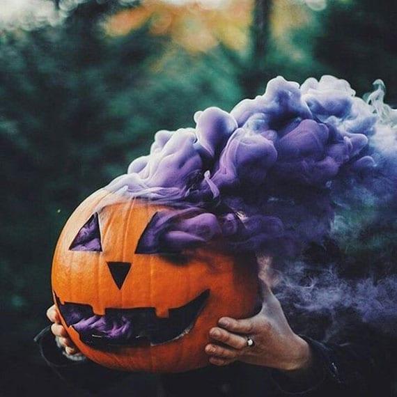 diy rauchender kürbiskopf mit farbigen rauchbomben zu halloween