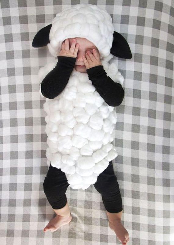 diy lamm halloweenkostüm für baby aus weißem strampler mit wattebäuschen und schwarzer hose und bluse