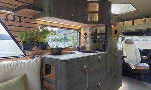 das-exklusive-wohnmobil-vision-ventur-mit-edler-und-platzsparender-küche-unter-fester-holztreppe