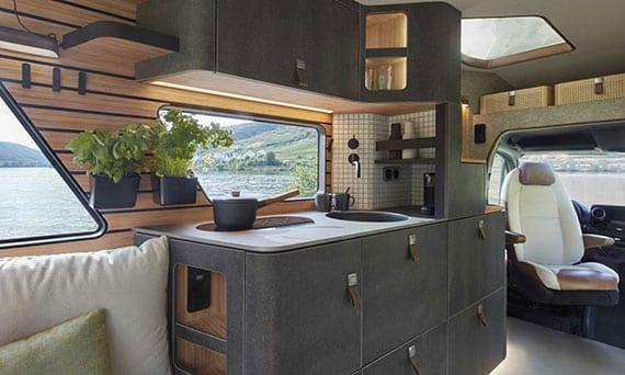 kompakte Küchenzeile mit schubladen, fenster und schienensystem an der wand entspricht allen bedürfnissen des mobilen reisen