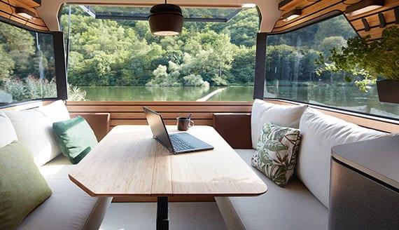 reisemobil mit bequemer sitzmöglichkeit im heck durch zwei sitzbänke mit polsterung und holztisch