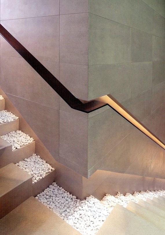 coole ideen für innentreppe mit indirekt beleuchteten wandeinbauhandlauf und weißem kies