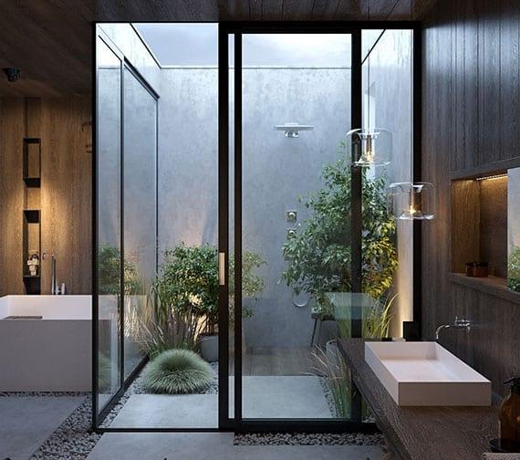 badezimmer mit außendusche modern gestalten mit weißen steinplatten und kies, rechteckige badewanne, holzwandverkleidung und pflanzen in der dusche