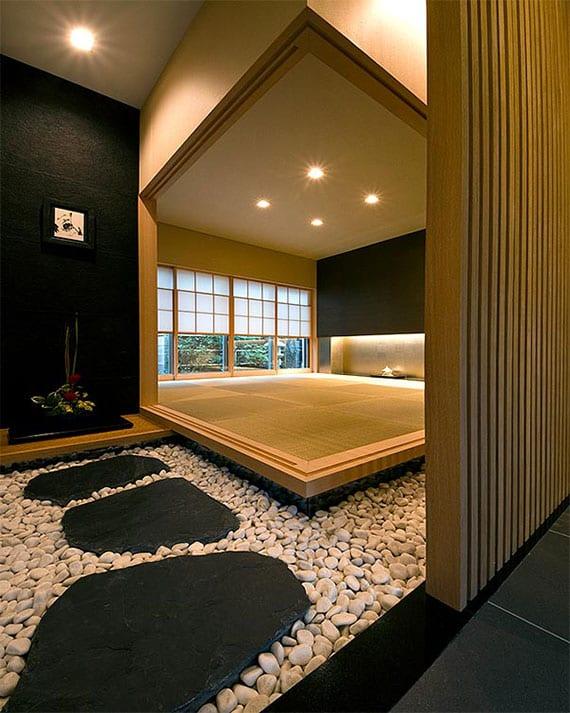 raum im japanischen wohnstil gestalten mit holz, weißem kies und schwarzen trittsteinen