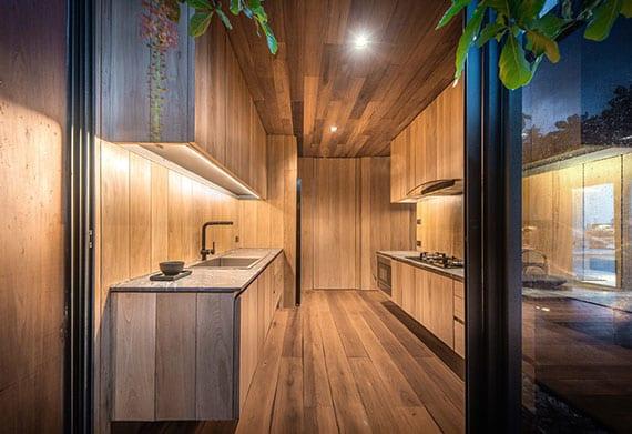 coole gestaltungsidee für kleine küchen mit holzküchenschränken