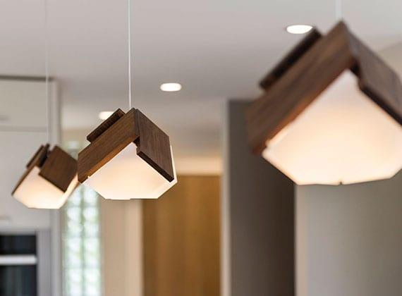 lichtgestaltung und ausreichende beleuchtung im wohnraum mit modernen pendellampen holz