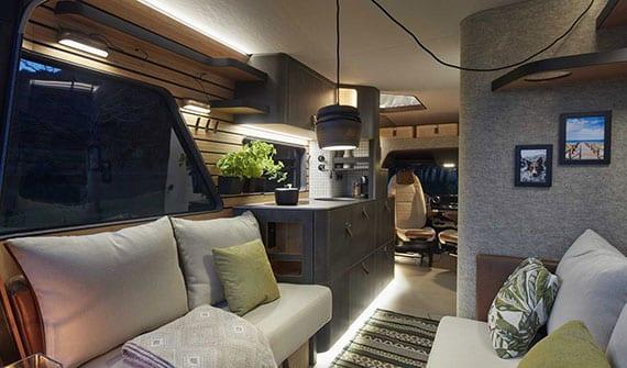 wohnmobil mit großzügigem wohnraum und elegante raumgestaltung mit naturmaterialien, led-beleuchtung und platzsparende möblierung