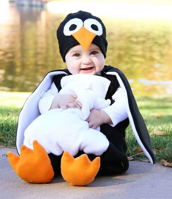 pinguin babykostüm als vorschlag für warmes und bequemes halloween kostüm