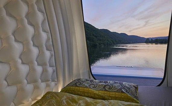 reisemobil mit schlafdach als separates schlafzimmer mit großzügiger aussciht und regulierbarer temperatur