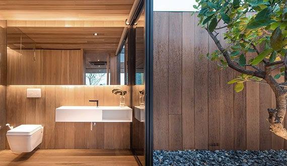 modernes-bad-im-rooftop-haus-mit-blick-und-glasschiebetür-zum-hofgarten