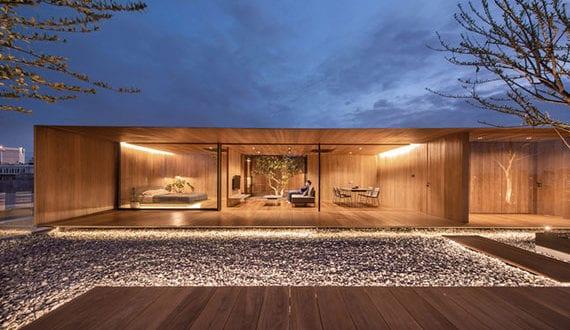 modernes-haus-auf-dem-dach-mit-holzinterior,-betonhof-mit-steingarten-und-holzterrassen,-und-großartigem-blick-auf-die-stadt