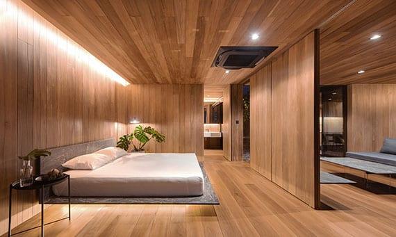 coole idee für modernes schlafzimmer in holzoptik mit schwebebett, inirekter wandbeleuchtung und schiebeholztüren zum wohnzimmer