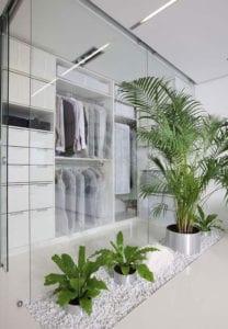 pflanzen-und-lose-kieselsteine-als-moderne-und-elegante-schlafzimmerdekoration