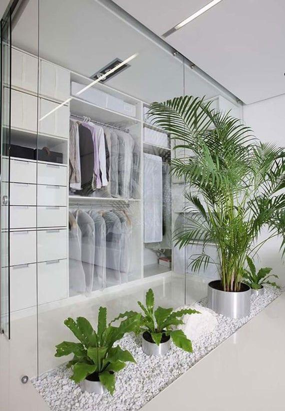 tolle idee für begehbaren kleiderschrank mit glaswand,glasschiebetür und steingarten mit topfpflanzen in weißem kies