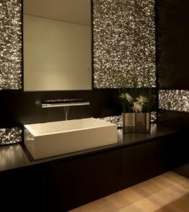 schicke-badgestaltung-mit-indirekter-led-wandbeleuchtung-hinter-spiegel-und-waschtisch