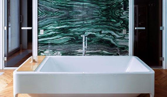 stilvolle-badezimmergestaltung-mit-parkett-und-natursteinwandverkleidung-in-grün