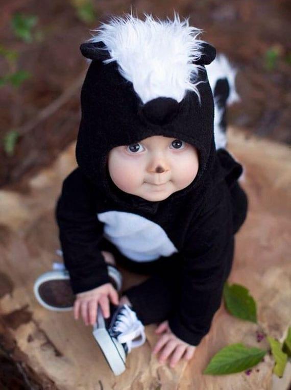 baby mit einem stinkerkostüm zu halloween verkleiden