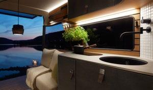 vollwerte-küche-mit-schubladen-und-holzwandverkleidung-mit-multifunktionalem-schienensystem-für-mehr-stauraum-in-einem-reise--und-wohnmobil