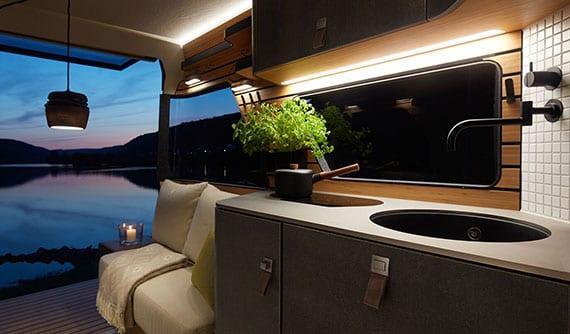 visonäres wohnmobil-konzept mit offenem grundriß und edlem design duch naturmaterialien, led-einbauleuchten und gerundete konturen