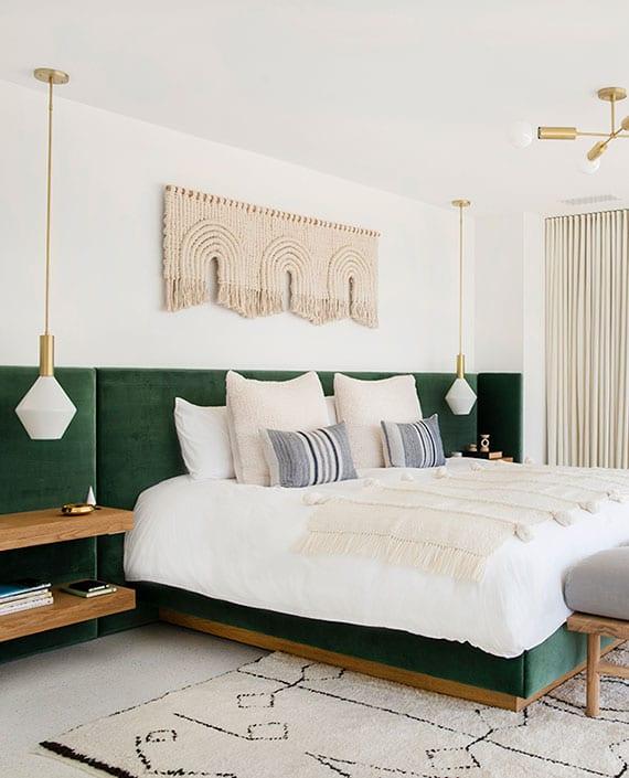 attraktive gestaltungsideen für modernes schlafzimmer mit designerbett in grün mit polsterkopfteil und holzregalen als nachttische, modernen pendellampen, makramee-wanddeko, marokkanischem teppich weiß