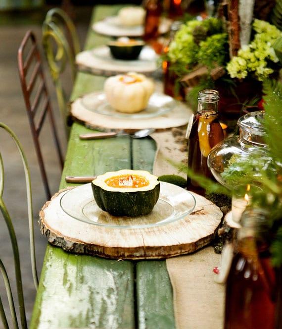 rustikale tischdeko mit holzscheibe-tischset als idee für partys und hohzeiten im herbst