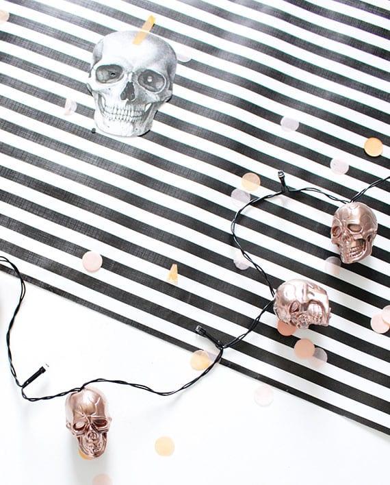 moderne Halloween beleuchtung mit Led-Lichterkette mit Totenköpfen selber machen