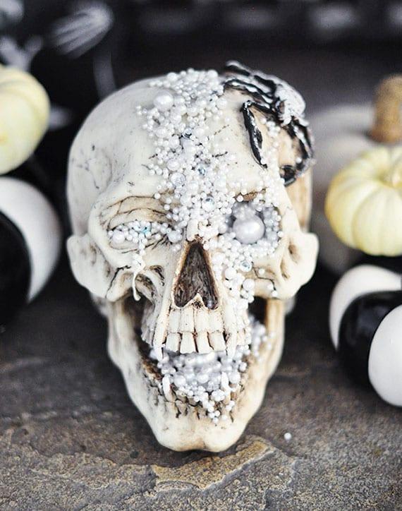 coole und moderne totenkopf dekoration zu halloween basteln mit perlen und schmuckstücken