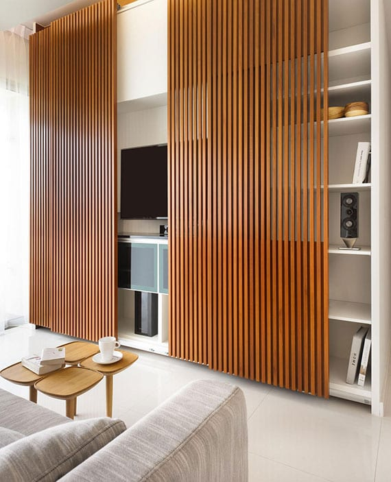 interessante einrichtungsidee für kleine wohnzimmer_moderne und praktische wohnwand für TV mit bücheregalen und schiebetüren aus holz