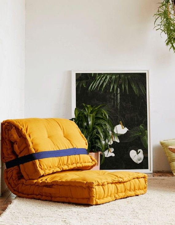 moderne wohnzimmereinrichtung mit einem diy sessel aus bodensitzkissen in gelb
