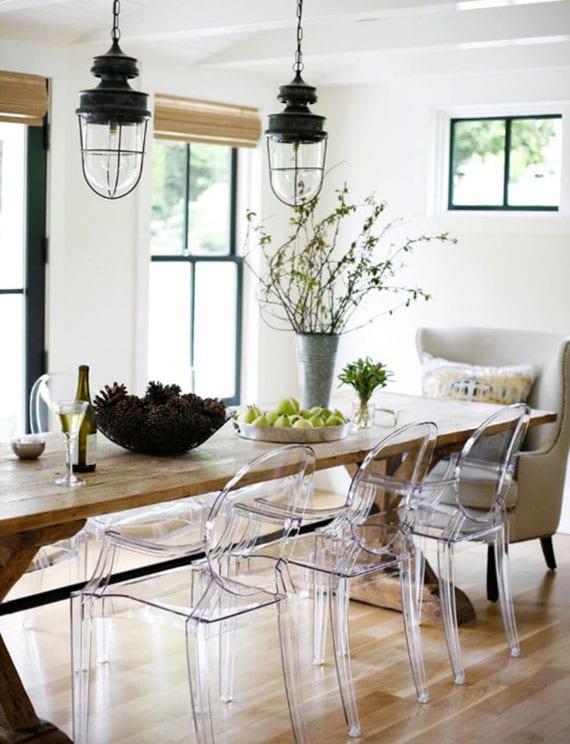 kreative einrichtungsidee für moderne esszimmer im rustikalen stil durch essgruppe von holzesstisch, esszimmerstühlen aus acrylglas und polsterstühlen in beige