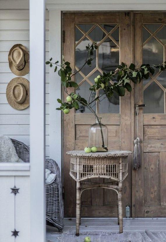 terrasse oder veranda mit grünen apfelzweigen in glasvase dekorieren