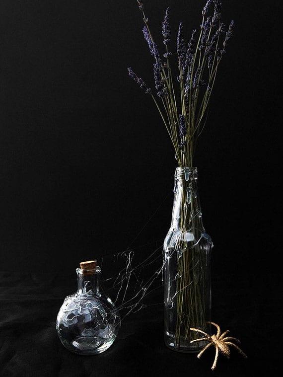 kreative ideen für moderne DIY Halloween Deko mit glasflaschen, lavendel und heißkleber-spinngewebe