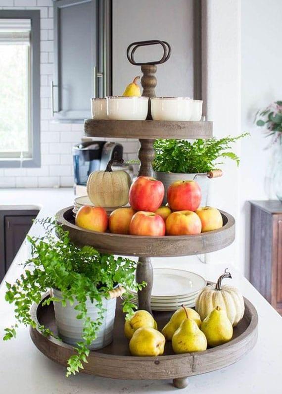 schöne dekoidee mit birnen, äpfeln, mini kürbissen und farn in metalltöpfen