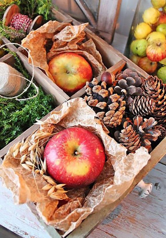 apfel deko für winter und herbst selber arrangieren in holzkiste mit zapfen und immergrün