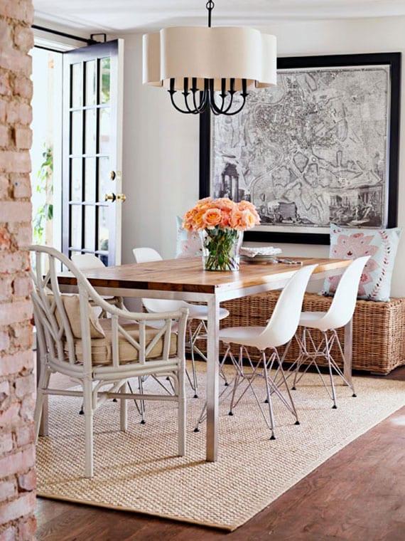 kleiner essbereich in weiß und holz gemütlich einrichten mit rattan-sitzbank und kombination weißer stühlen um holzesstisch