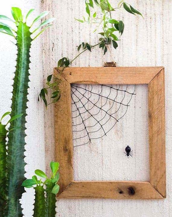 kreative diy wanddeko mit spinnengewebe im holzbilderrahmen