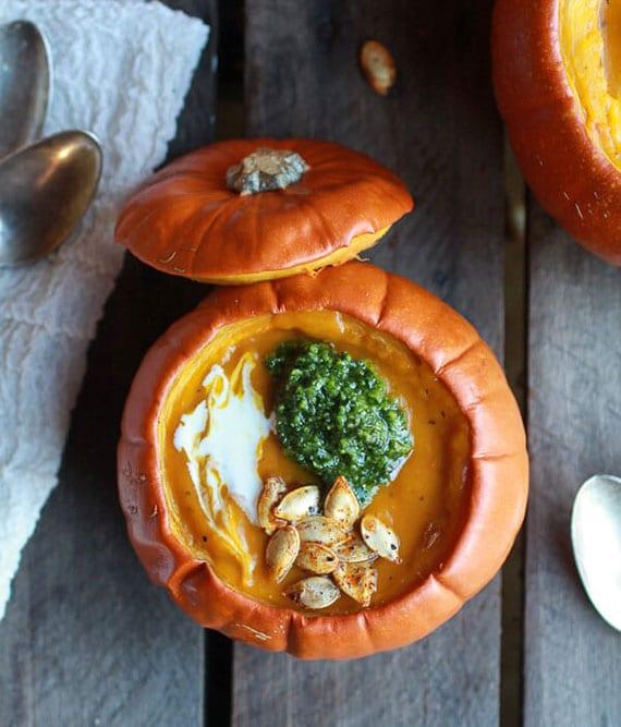 rezept für Kürbiscremesuppe mit salvia-pesto, geröstetem knoblauch und pikanten kürbiskernen
