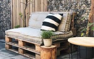 attraktive idee für gemütliche gartengestaltung und wohnliche einrichtung mit DIY Palettensofa mit Matratzenkissen