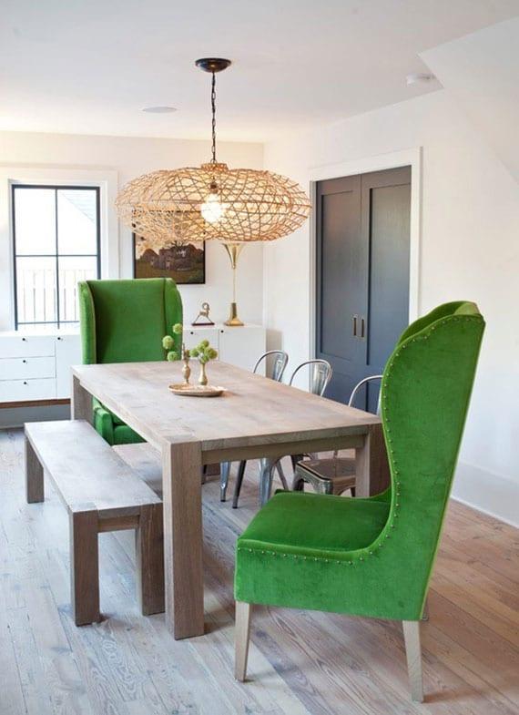 coole idee für essbereich-möbelmix mit modernem holzesstisch, sitzbank holz, vintage-metallstühlen und zwei ohrensesseln in grün