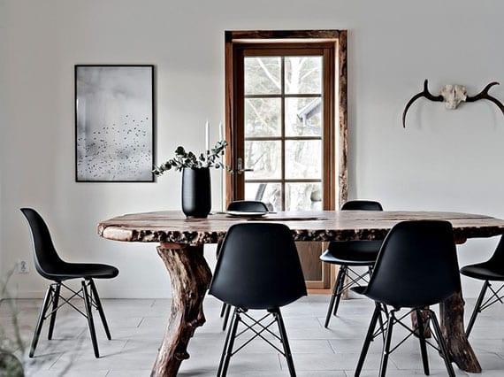 originelle einrichtungsidee für modernen essbereich mit rustikalem hauch von massivholztisch mit schwarzen eams stühlen