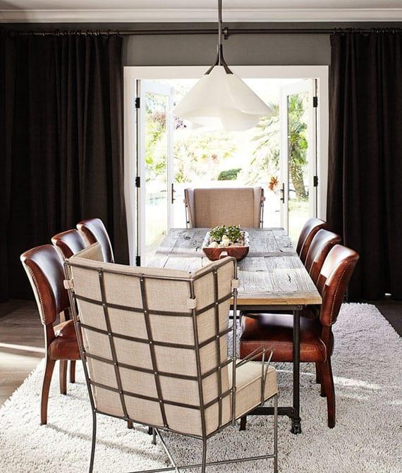 schicke esszimmereinrichtung mit lederstühlen, modernen ohrensesseln und vintage-esstisch holz auf weißem teppich, moderne Pendellampe weiß als akzent zu grauen wänden und schwarzen vorhängen