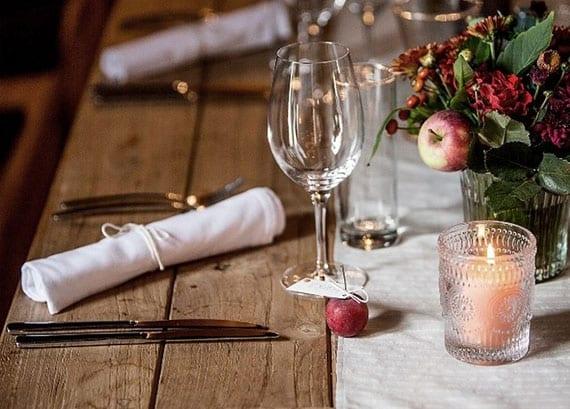 tisch zu weihnachten attraktiv eindecken mit DIY Zierapfel-Tischkarten