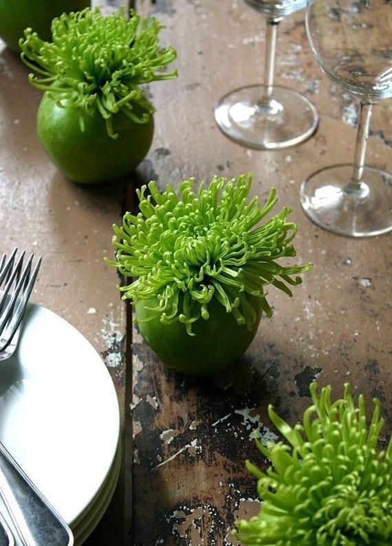 einfache bastelidee für interessante tischdeko in grün mit chrysanthemen in diy apfel-vasen