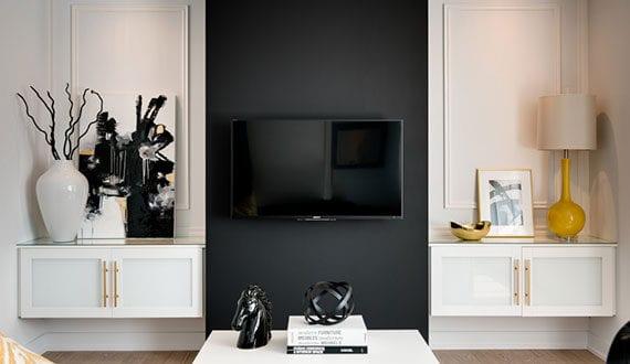 originelle-und-individuelle-gestaltung-einer-TV-Wand-mit-wandfarbe-schwarz-und-praktischen-wandnischen