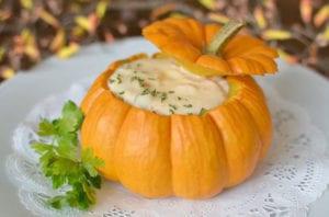 rezeptideen-für-leckere-Herbstgerichte-in-Kürbis-Servierschale-als-attraktive-Tischdeko