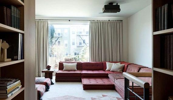 stilvolle-wohnzimmereinrichtung-mit-kuscheligem-DIY-Sofa-aus-matratzenkissen