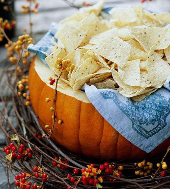 kreative partyideen mit kürbbissen_diy schale für chips und snacks aus großem kürbis