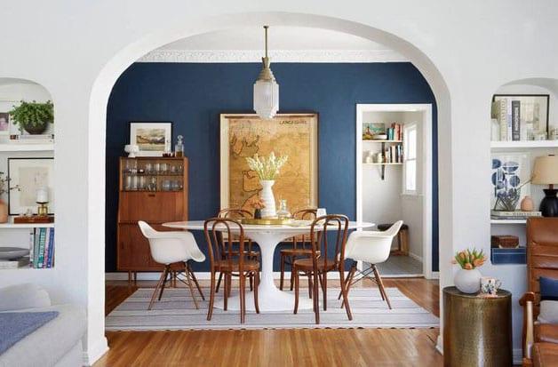 coole esszimmer ideen für moderne einrichtung mit essgruppe von rundem esstisch weißlack, bistrostühlen holz und eams armsesseln DAW als kontrast zur akzentwand in dunkelblau